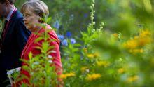 Die Kanzlerin Angela Merkel im Garten der Villa Liebermann am Wannsee