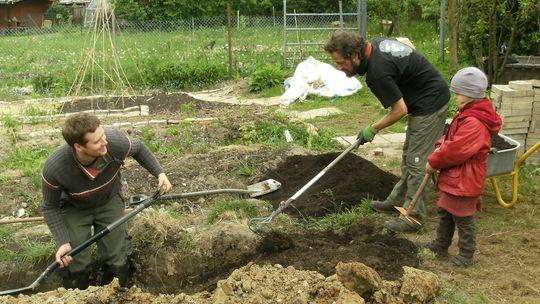 Gemeinschaftliches Arbeiten im Garten von Leser Hermann Paulenz