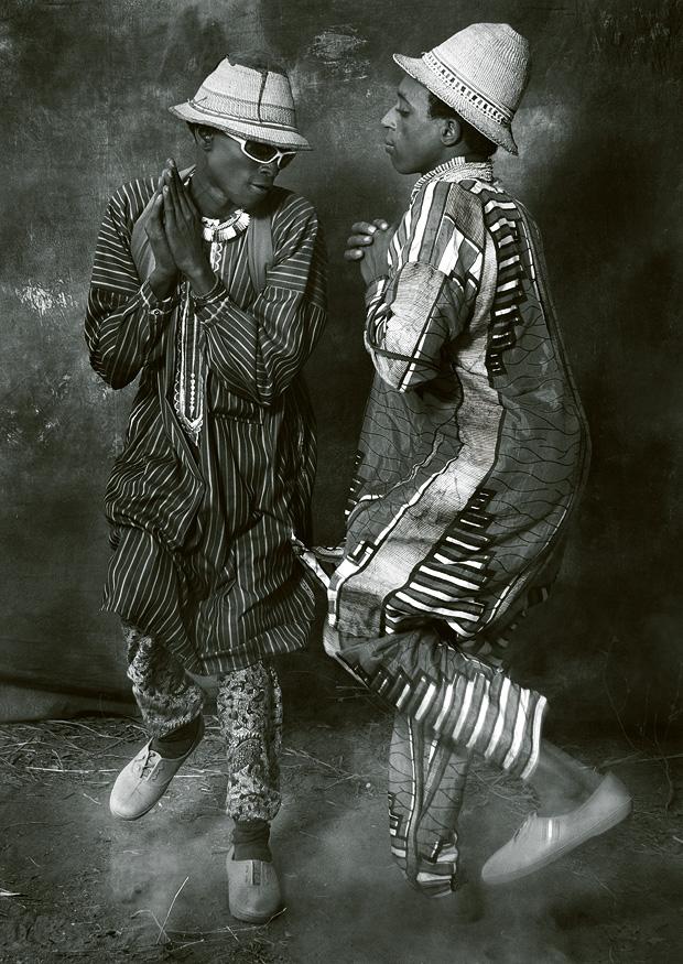 Tanzende Männer beim Peuhl-Festival