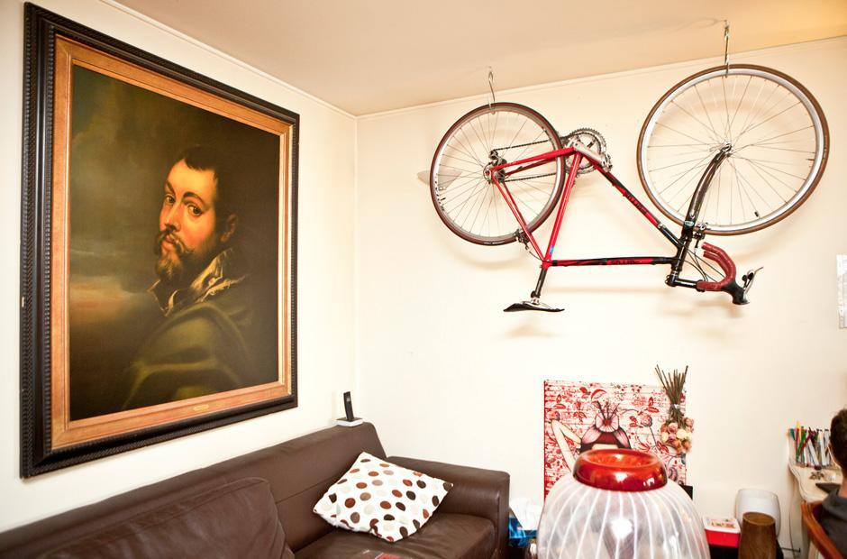 freunde von freunden ein mann zwischen zwei sofas zeit online. Black Bedroom Furniture Sets. Home Design Ideas