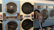 Warmes Waschpulver, Baumwolle, Weichspüler, Münzgeld: Sissel Tolaas erforscht die olfaktorische Welt des Waschsalons.