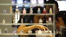 Parfumeriekunden in einer Shoppingmall im chinesischen Macao