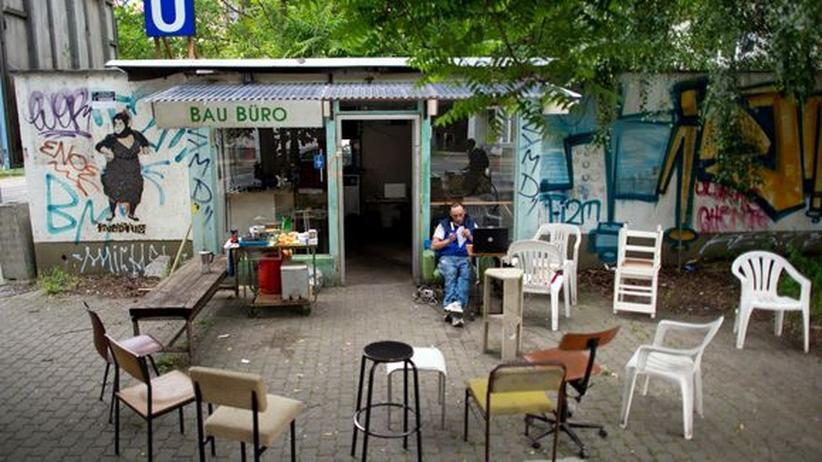 "Szene-Stadt: Ein Mann in Leipzig vor dem ""Bau Büro"""