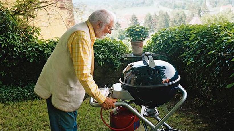 Siebecks Grillseminar: Wolfram Siebeck hat es geschafft, in seinem Garten den Grill aufzubauen
