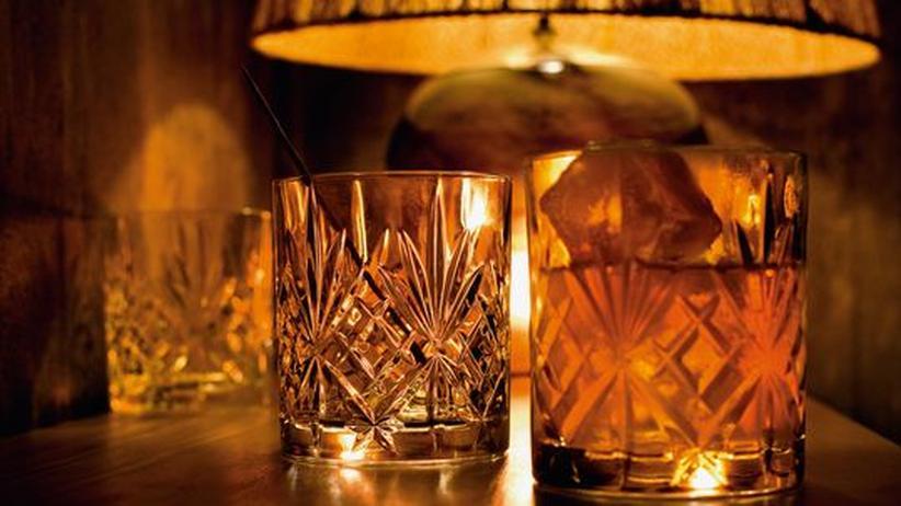 King Size Bar in Berlin: Goldenes Licht, goldene Drinks: in der King Size Bar werden alle Cocktails in Whisky-Tumblern serviert