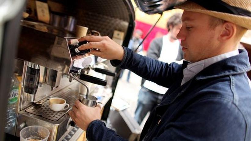 Kaffee: Ein Barista in London schäumt Milch auf