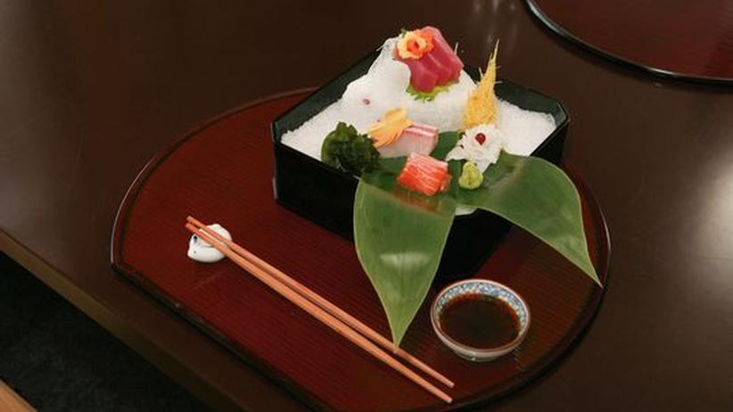 Siebeck: Das Sashimi wird in einer Lackbox auf Eis gelegt.