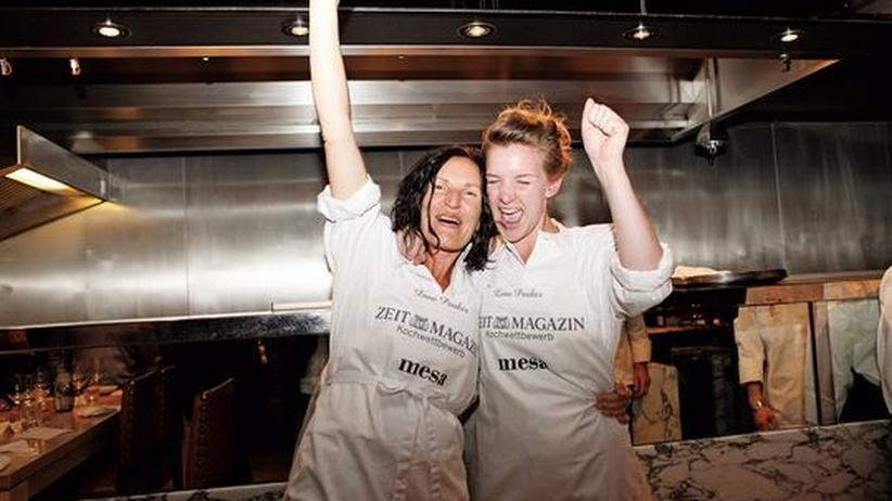ZEITmagazin-Kochwettbewerb 2011: Dani und Lena Pauker jubeln nach der Entscheidung der Berliner Gäste.