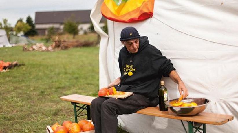 Wochenmarkt: Der Food-Aktivist Wam Kat demonstriert in der Lausitz, wie man fast überall gut kochen kann.