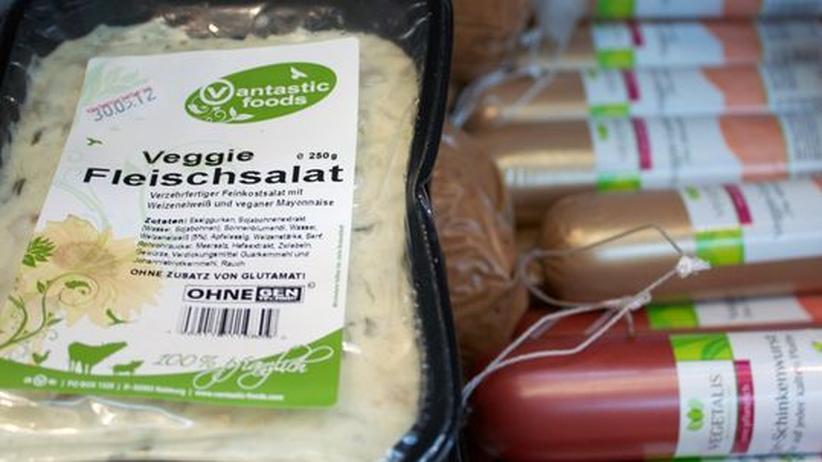 Vegetarische Ernährung: Eine Auslage auf der Messe VeggieWorld: Fleischimitate für jeden Geschmack