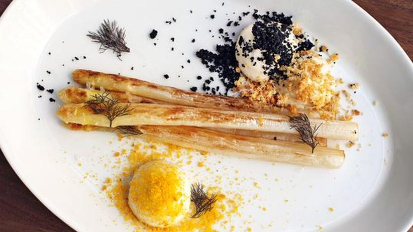 Wochenmarkt: Spargel, gebraten als Mousse, mit Parmesankrümeln, Olivenpulver und Fischrogen