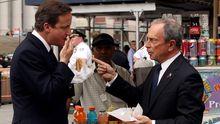 Wenn es um Fast Food geht, hebt New Yorks Bürgermeister Michael Bloomberg schnell den Zeigefinger, wie hier beim Hot-Dog-Essen mit David Cameron. (Archivbild 2010)