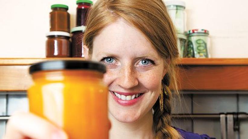 Zero Waste Jam: Evelina Lundqvist mit einem Glas Zero Waste Jam
