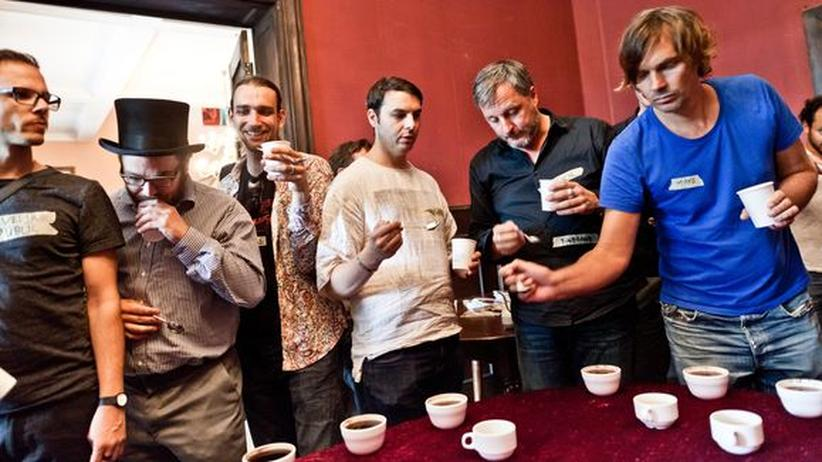 Kaffee-Kultur: Teilnehmer des Camps bei der Verkostung