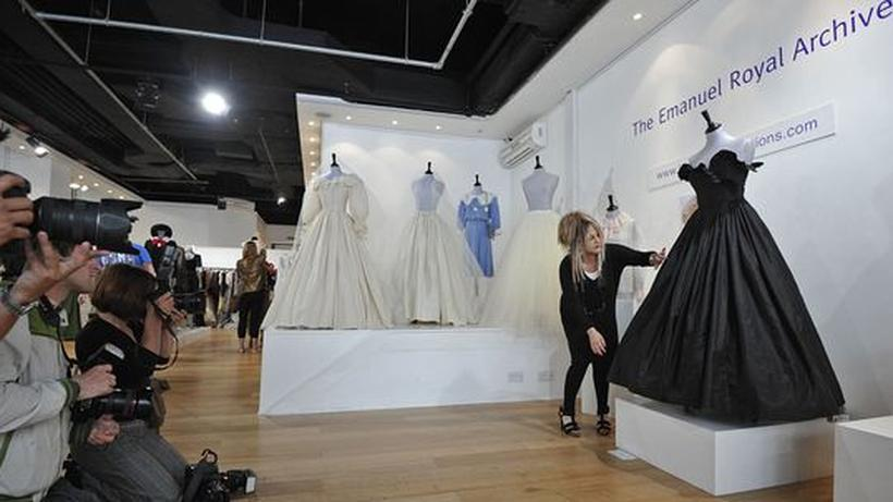 Auktion in London: Abendkleid von Prinzessin Diana erzielt ...
