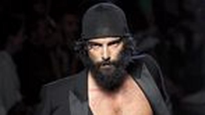 Männermode in Paris: Der Herr trägt Bart und Zwirbellocken
