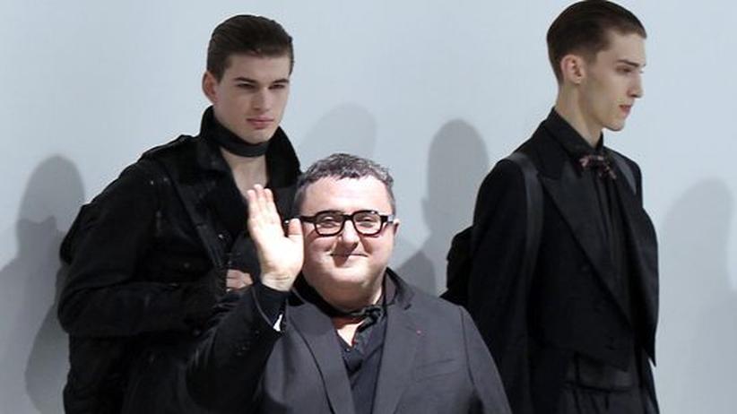 Modedesigner Alber Elbaz: Der israelische Designer Alber Elbaz vor zwei seiner Models nach der Lanvin-Modenschau für die Winterkollektion 2010/2011 in Paris