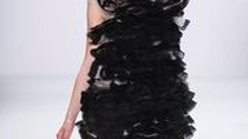 Designer Dawid Tomaszewski: Jede Rüsche ist handgefertigt: ein schwarzes Kleid aus Dawid Tomaszewskis Sommerkollektion 2011