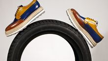 Gib Gummi! Die Plattformschuhe zeichnen sich durch besonders hohe Sohlen aus. Von Prada, 550 Euro
