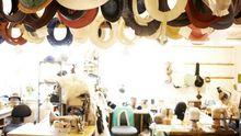 Ein Blick in den Arbeitsraum der Hutmanufaktur Mühlbauer