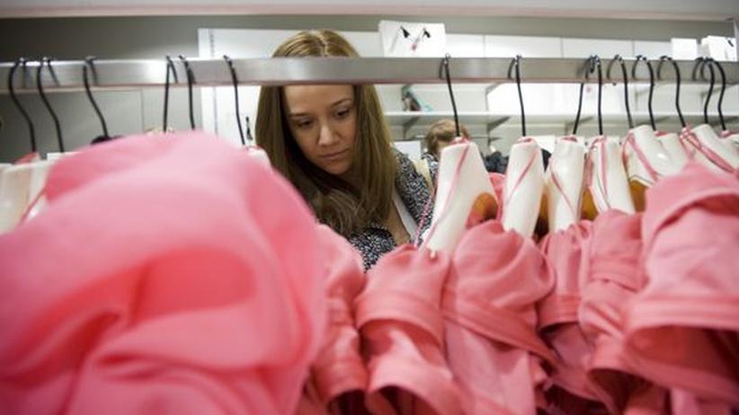 Billige Kleidung: Eine Kundin in einer H&M-Filiale