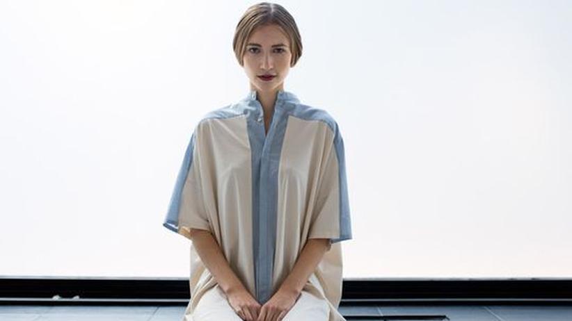 Nachhaltige Kleidung: Neue aus alten Kleidern: Das Berliner Modelabel schmidttakahashi schneidert aus Altkleidern feine Unikate wie diese Bluse aus der Sommerkollektion 2013.