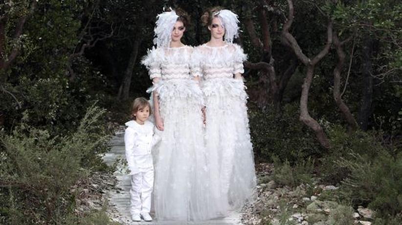 Chanel Haute Couture: Das Abschlussbild von Chanels Haute-Couture-Schau mit dem kleinen Hudson Kroenig, dem Sohn von Lagerfelds Lieblingsmodell Brad Kroenig.