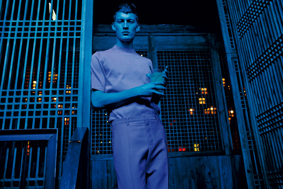 Kreuzberg. Die blaue Stunde: Model Bastian Thiery im Restaurant Long March Canteen. Bastian trägt T-Shirt und Hose von Jil Sander.