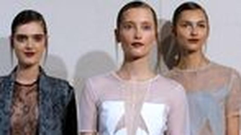 Anne Valérie Hash: Drei Models bei der Präsentation der Sommerkollektion 2014 von Anne Valérie Hash in Paris