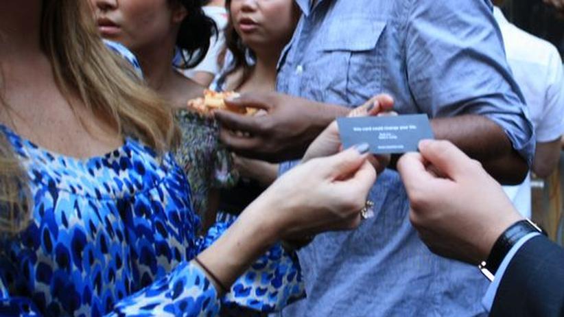 """Online-Dating: Kartenverteilen richtig gemacht - die Online-Plattform Cheek'd veranstaltet regelmäßig Treffen für Interessierte. Eine """"E-Flirt-Expertin"""" gibt dabei Ratschläge und Tipps"""