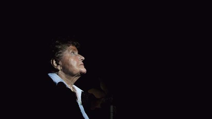 Jede Nacht steht Annely, die Witwe, auf dem Balkon, schaut zum Himmel und  bespricht mit ihrem Alois, was sie bewegt