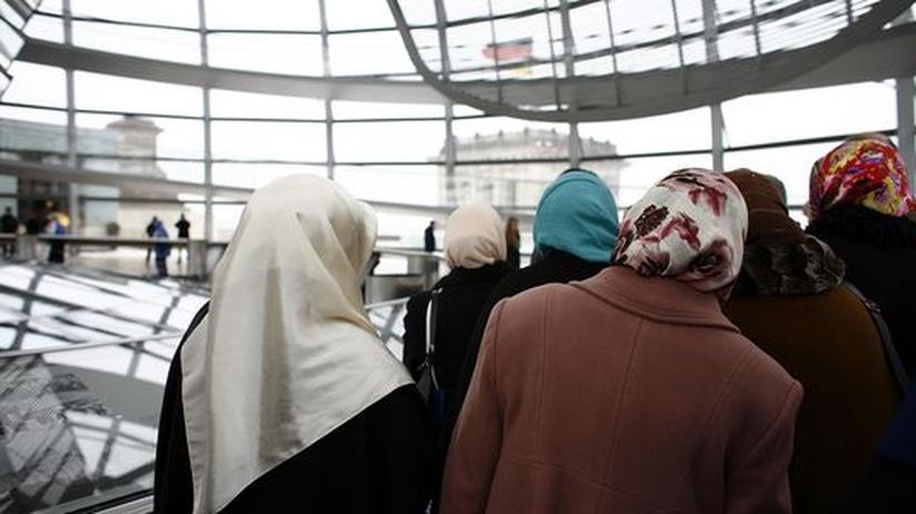 Islam-Debatte: Eine muslimische Besuchergruppe im deutschen Bundestag