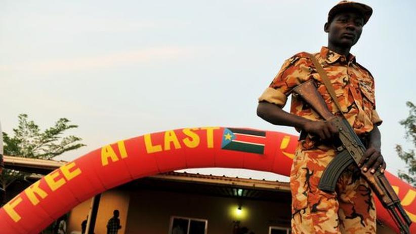 Ein südsudanesischer Soldat patroulliert vor einem Kulturzentrum in Juba
