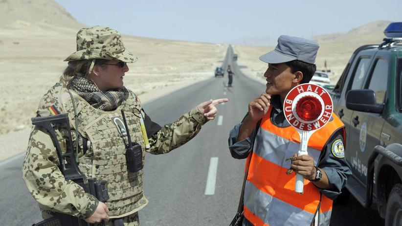Westliche Machtpolitik: Nicht nur im Ausland, um zu helfen