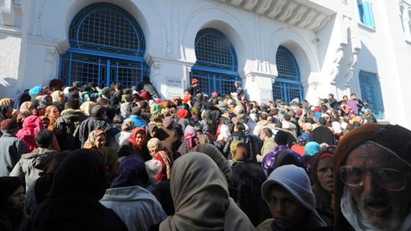 Nahost: Menschen warten vor dem Sozialministerium in Tunis.