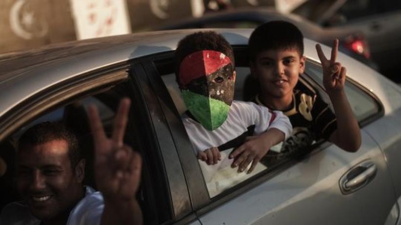 Libyen-Einsatz: Menschen bejubeln in Bengasi den Einmarsch der Rebellen in die libysche Hauptstadt Tripolis.