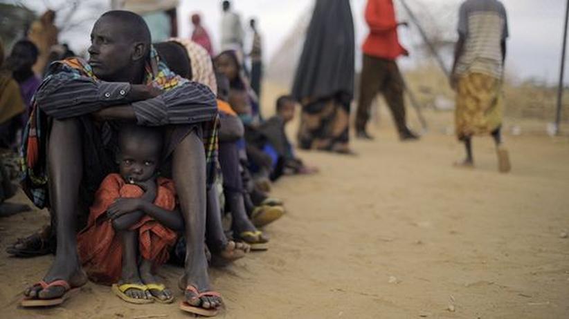 Hungersnot: Ein Vater mit seiner Tochter im Flüchtlingslager von Dadaab in Kenia