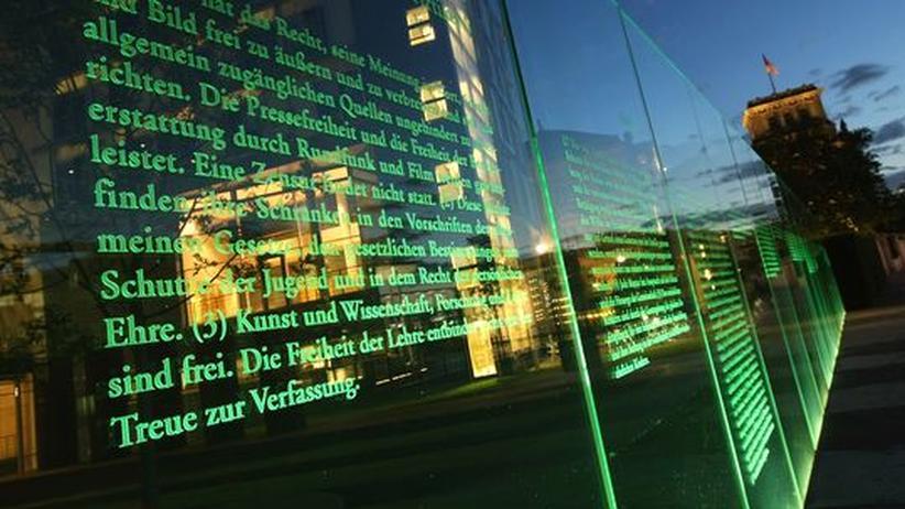 Verfassungsreform: Ein Auszug aus dem Grundgesetz vor dem Berliner Reichstag
