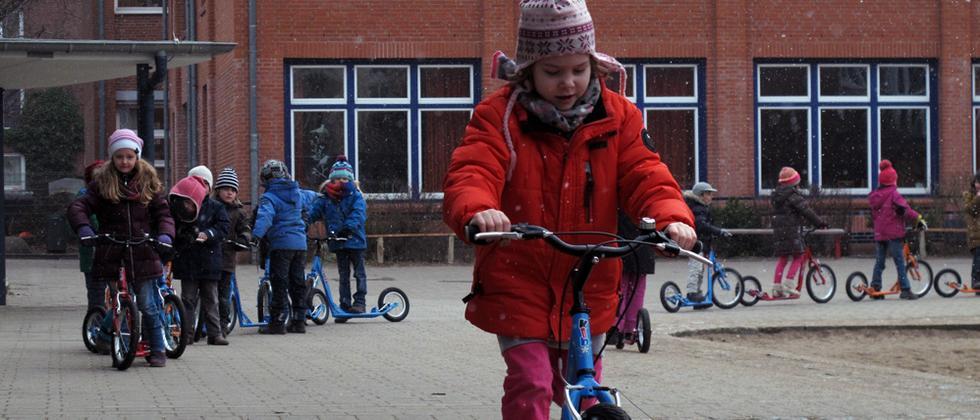 Rollertraining auf dem Schulhof in der Arnkielstraße in Hamburg