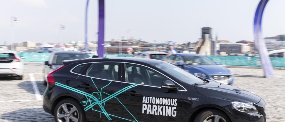 Ein Testfahrzeug von Volvo parkt in Göteborg selbständig ein.