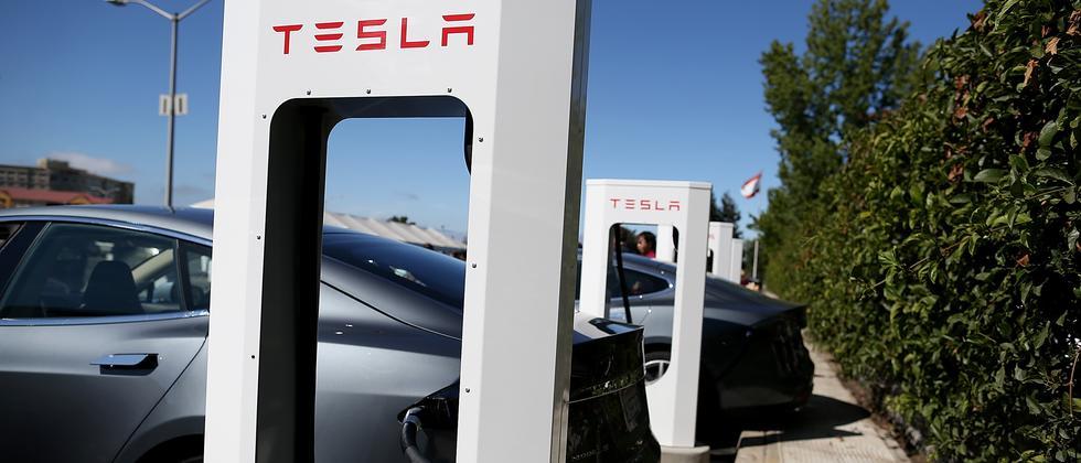 Ein Tesla Model S lädt an einem Tesla-Supercharger (Archivbild).
