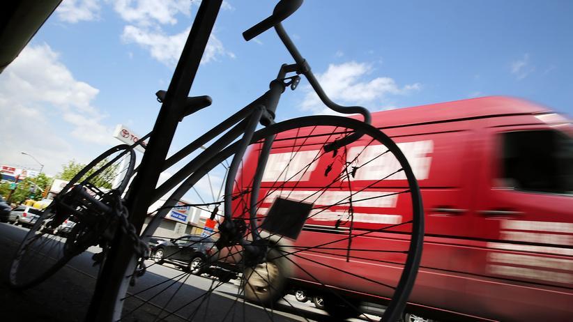 """New York: Ein so genanntes """"Geisterfahrrad"""" kennzeichnet im New Yorker Stadtteil Brooklyn einen Ort, wo ein Radfahrer im Straßenverkehr ums Leben kam."""
