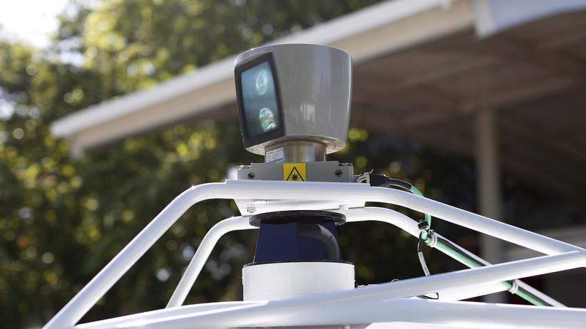 Bald können sich Menschen auch in Großbritannien von selbtsteuernden Autos umherfahren lassen, hier ist ein von Google entwickeltes Auto in Kalifornien unterwegs.