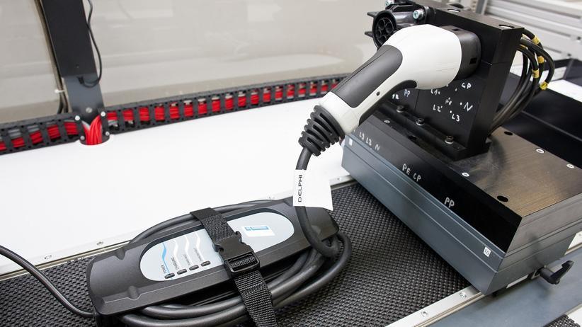 Elektroauto: Prüfung eines Ladesteckers
