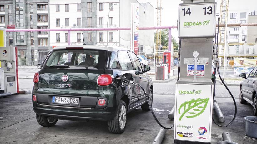 Erdgas: Fiat 500 L an einer CNG-Zapfsäule