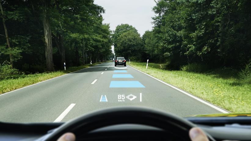 Augmented Reality: Der Abbiegehinweis schwebt vor der Windschutzscheibe