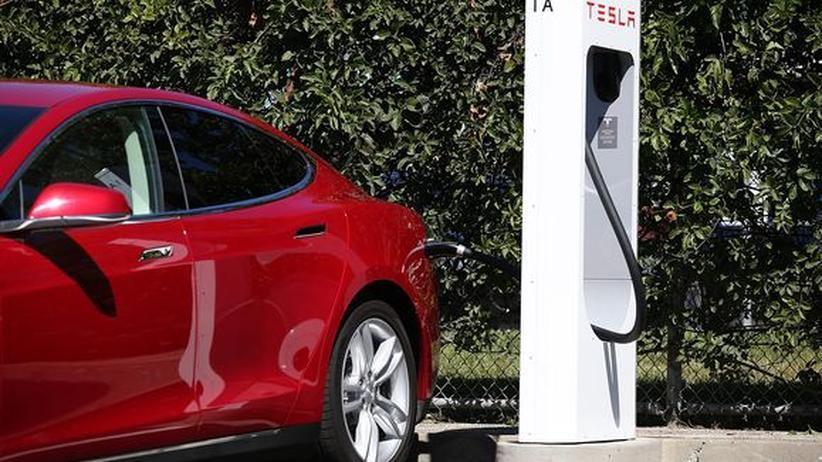 Ein Tesla Model S lädt an einem Tesla-Supercharger.
