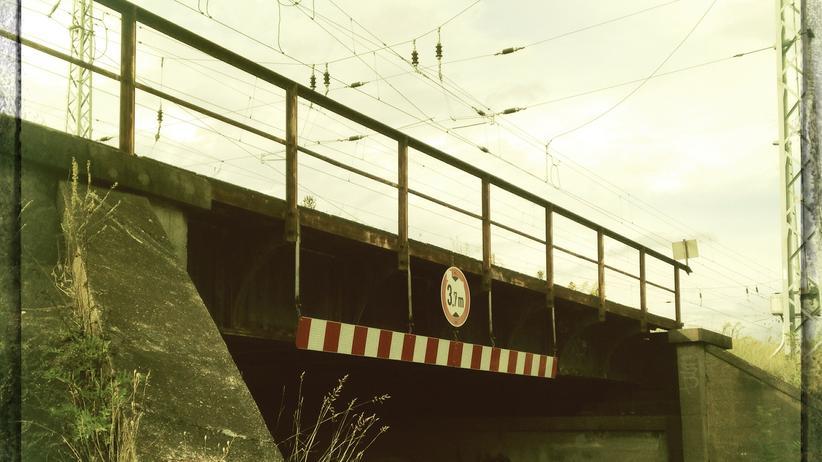 Mit digitalem Filter aufgenommene abrissreife Brücke am Schrägen Weg in Berlin-Karow