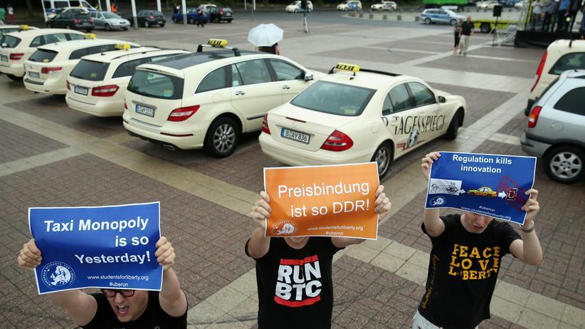 Unterstützer des Fahrdienstes Uber demonstrieren für ein Ende des Taxi-Monopols
