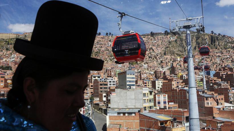 Eine Frau in der Seilbahn zwischen La Paz und El Alto (Bolivien)